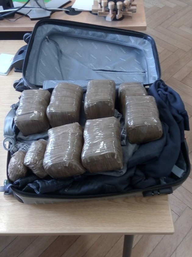 """Drogen im Koffer. Das Bild ist für redaktionelle Zwecke mit der Quellenangabe """"Bundespolizei"""" freigegeben."""