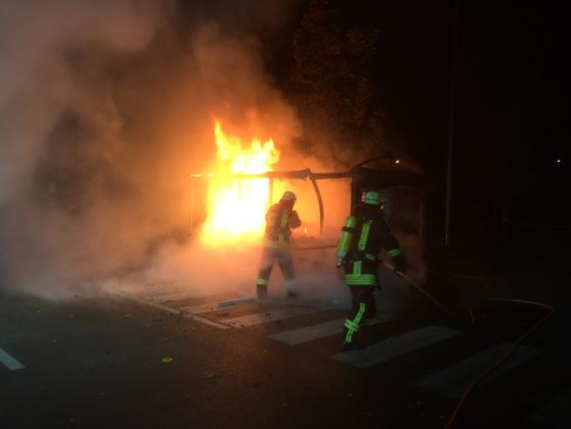 FW Lage: Brennt Einkaufswagenabstellplatz - 09.10.2016 - 23:30 Uhr