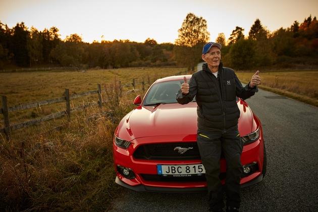 """Geschichten, wie sie nur das Leben schreiben kann: Der Schwede Lennart Ribring steht kurz vor der Aufnahme in den """"Club 100"""" für über 100 Jahre alte Autofahrer - nach dem Kauf eines Mustang 5.0 V8. Aktuell ist Ribring gerade 97 geworden und hat sich zu seinem Geburtstag etwas Besonderes gegönnt: einen neuen Ford Mustang GT mit Handschaltung. Das 310 kW (421 PS)* starke und 250 km/h schnelle Coupé in Race-Rot, das aus dem Stand in nur 4,8 Sekunden auf Tempo 100 beschleunigen könnte, parkt bereits vor seinem Haus in Stockholm. Weiterer Text über ots und www.presseportal.de/nr/6955 / Die Verwendung dieses Bildes ist für redaktionelle Zwecke honorarfrei. Veröffentlichung bitte unter Quellenangabe: """"obs/Ford-Werke GmbH"""""""