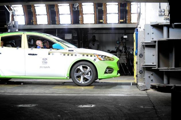 """Der neue Ford Focus, er ist in Deutschland seit September auf dem Markt, bietet dank vernetzter Fahrer-Assistenzsysteme und innovativer Technologien ein größtmögliches Maß an Sicherheit. Das hat auch die unabhängige Euro NCAP-Organisation bestätigt: Sie bewertete die Sicherheit des neuen Ford Focus im Juli 2018 mit den maximal erreichbaren 5 Sternen. Damit gehört der neue Ford Focus zu den ersten Fahrzeugen, die die Euro NCAP-Organisation nach ihren neuen, noch strengeren Testprotokollen geprüft hat und die diese Testprotokolle auch gemeistert haben. Um das Fünf-Sterne-Top-Ergebnis erreichen zu können, war der neue Ford Focus während seiner Entwicklung auf der neuen Schlittentestanlage im Ford Crash-Labor in Köln-Merkenich umfassend gecrasht worden. Die 15,5 Millionen teure Anlage war Anfang 2018 in Dienst gestellt worden. Mit ihr lassen sich die passiven Sicherheitssysteme der Fahrzeuge noch besser analysieren. Weiterer Text über ots und www.presseportal.de/nr/6955 / Die Verwendung dieses Bildes ist für redaktionelle Zwecke honorarfrei. Veröffentlichung bitte unter Quellenangabe: """"obs/Ford-Werke GmbH"""""""