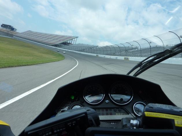 """X-TRACER 72 mit Felix Wagner bei gut 60 mph eingangs Nordkurve als Verfolger auf dem Michigan International Speedway beim 100 Meilen- Langstrecken-Verbrauchstest vom 23.07.2010 - mit dem absoluten Rekordwert von 197,1 MPGe./ Weiterer Text ueber ots und auf https://www.presseportal.ch. Die Verwendung dieses Bildes ist fuer redaktionelle Zwecke honorarfrei. Veröffentlichung unter Quellenangabe: """"obs/PERAVES"""""""