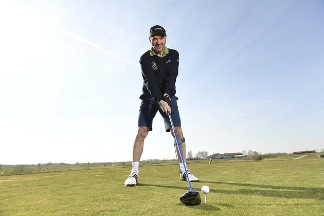 Die Agilium Softstep Orthese unterstützt Skisportlegende Christian Neureuther beim Golfen.