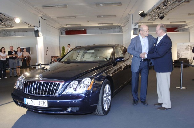 """This afternoon, 21.05.2006, the Spanish King Juan Carlos I started his special Maybach experience in the setting of the Laureus World Sports Award in Barcelona. Dr Dieter Zetsche, Chairman of DaimlerChrysler (left), Juan Carlos I, King of Spain (right). Editorial use of this picture is free of charge. Please quote the source: """"ops/DaimlerChrysler AG"""""""