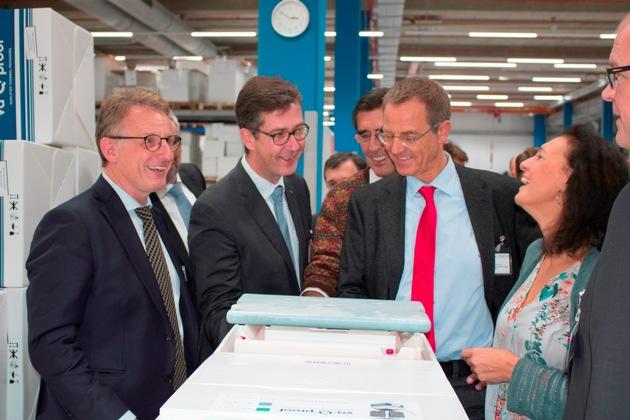 Dr. Joachim Kuhn (li.) bei der Werksführung mit Oberbürgermeister Christian Schuchardt und Delegation