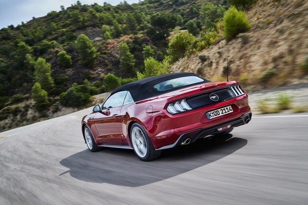 """Auch mit seinem durchtrainiert wirkenden Profil bleibt der neue Mustang auf den ersten Blick als Mustang zu erkennen. Neue Scheinwerfer mit LED-Technologie, attraktiv gestaltete Leichtmetallräder und die nun elf Lacktöne umfassende Farbpalette unterstreichen den dynamischen Auftritt zusätzlich. Weiterer Text über ots und www.presseportal.de/nr/6955 / Die Verwendung dieses Bildes ist für redaktionelle Zwecke honorarfrei. Veröffentlichung bitte unter Quellenangabe: """"obs/Ford-Werke GmbH"""""""