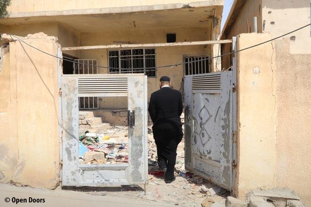 Pastor P. inspiziert ein vom IS zerstörtes Haus in Baschiqa, Irak. Gemeinsam mit lokalen Kirchen organisiert Open Doors den ...