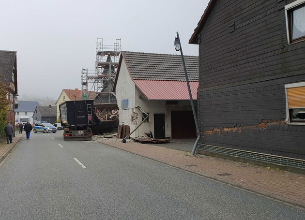 POL-MR: Unfall - Lastwagen prallt gegen Kirchenwand (Erstmeldung)