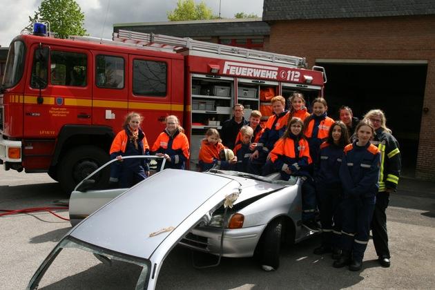 11 Jugendliche und ein zerschnittenes Auto