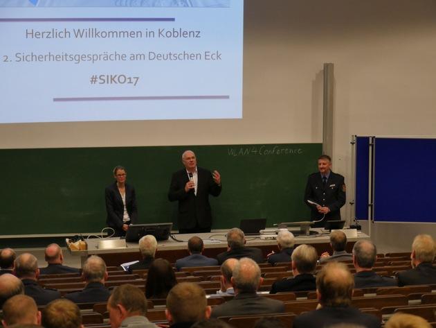 Führten in die Veranstaltung ein, Psychologieoberrätin Antje Wels, Prof. Dr. Stefan Sell und Polizeirat Christian Hamm (von links nach rechts).