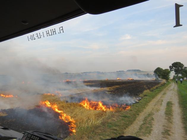 Sicht aus einem Einsatzfahrzeug auf der Anfahrt (Foto: Feuerwehr Heiligenhaus)