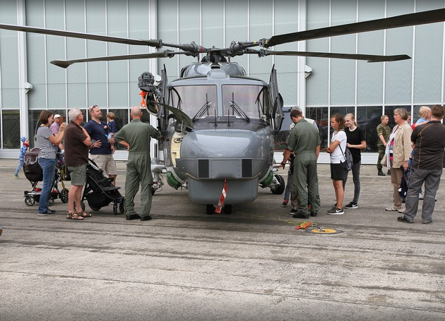 """Marineflieger zum Anfassen - Schüler hautnah am """"Sea Lynx"""" Hubschrauber"""