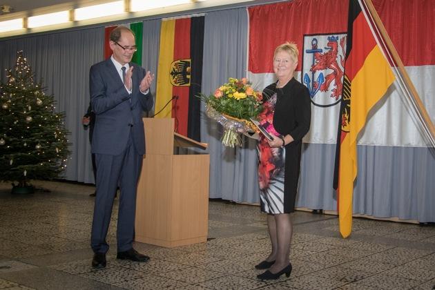 Präsident Georg Stuke verabschiedet Frau Leitende Regierungsdirektorin Herden (Quelle: PIZ Personal/ E. Langer)