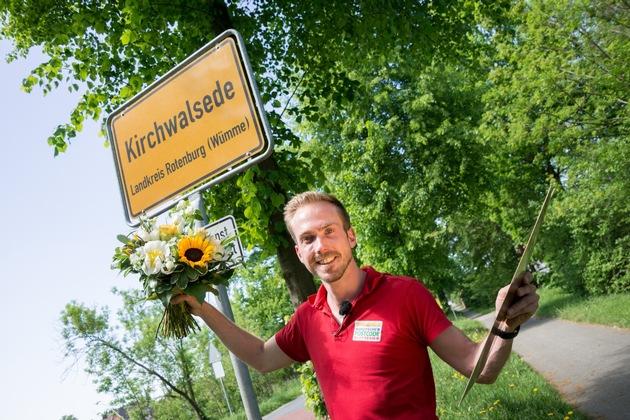 Straßenpreis-Moderator Felix Uhlig ist persönlich nach Kirchwaldsede gefahren, um den Gewinner zu überraschen. Foto: ...