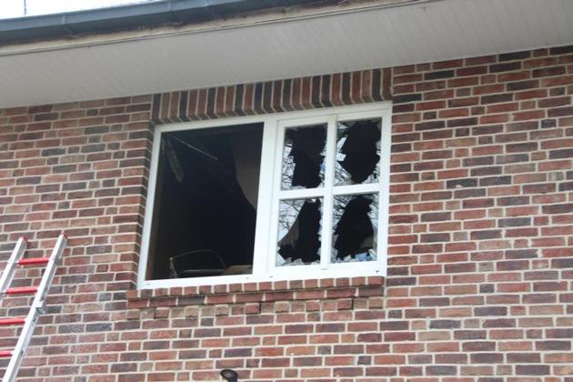 Die Fensterscheiben sind durch die Hitzeeinwirkung geborsten