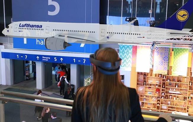 """Ein ITB-Besucher trägt eine Microsoft HoloLens Brille und sieht virtuell ein Flugzeug durch die Messehalle fliegen. Weiterer Text über ots und www.presseportal.de/nr/127378 / Die Verwendung dieses Bildes ist für redaktionelle Zwecke honorarfrei. Veröffentlichung bitte unter Quellenangabe: """"obs/3spin GmbH & Co. KG"""""""