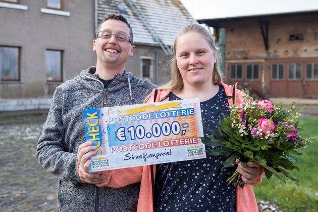 Von dem Gewinn möchte sich das Ehepaar neue Eheringe kaufen. Foto: Postcode Lotterie/Marco Urban