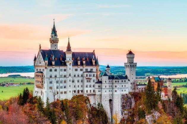 Schloss Neuschwanstein –  ein märchenhaftes Ausflugsziel im südlichen Bayern. Foto: Urlaubsguru/Istock