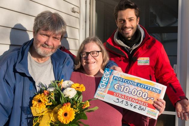 Strahlen um die Wette: Gewinner Martin (l.) mit Ehefrau Amelia und Postcode-Moderator Giuliano Lenz. Foto: Postcode Lotterie/Wolfgang Wedel