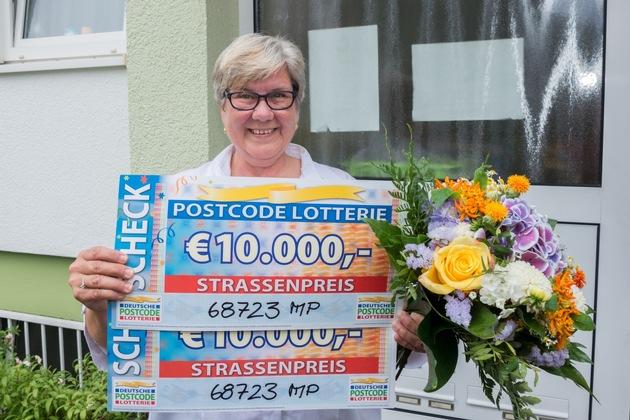 Doppelter Jubel: zwei Schecks, zweimal 10.000 Euro für Angelika. Foto: Postcode Lotterie/Wolfgang Wedel