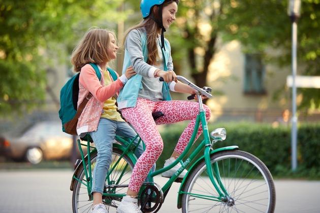 """Mit der neuen Eigenmarke »Hip & Hopps« gibt es bei Kaufland ab sofort stylische Kleidung für Schulkinder von 6 bis 10 Jahren. Die Textilien sind altersgerecht entworfen mit modischen Designs und coolen Sprüchen.  """"Für redaktionelle Zwecke honorarfrei"""" / Weiterer Text über ots und www.presseportal.de/nr/111476 / Veröffentlichung bitte unter Quellenangabe: """"obs/Kaufland"""""""