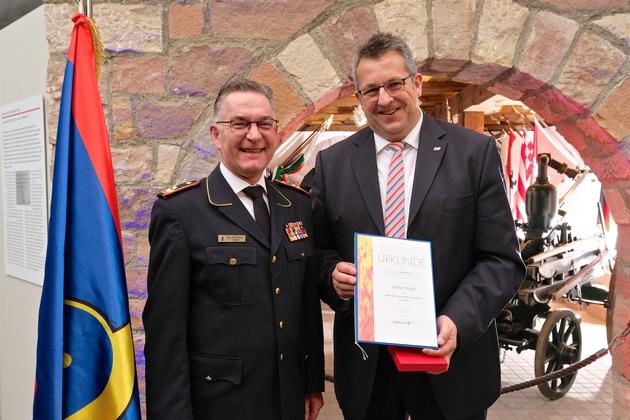 Auszeichnung durch Hartmut ZIEBS, Präsident des Deutschen Feuerwehrverbandes (DFV), an Landesinnenminister a.D. Stefan STUDT, Schleswig-Holstein.
