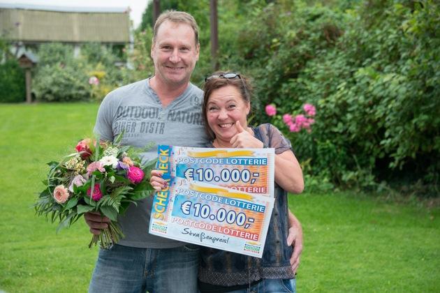 Das Daumendrücken hat sich gelohnt: Petra aus Wangelau hat 20.000 Euro gewonnen. Foto: Postcode Lotterie/Wolfgang Wedel