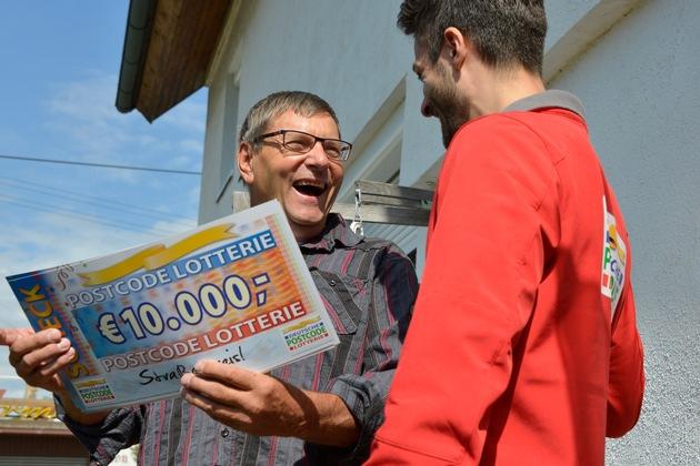 Da ist die Freude groß: Kurt erfährt, wie hoch die Gewinnsumme ist. Foto: Postcode Lotterie/Wolfgang Wedel