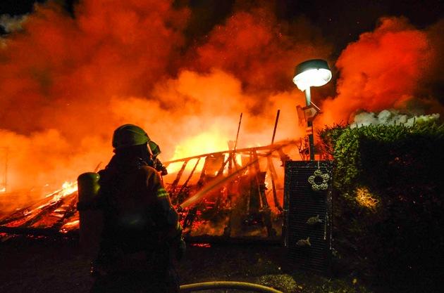 Die Feuerwehr beim löschen. Quelle: Feuerwehr Neubulach, U. Zink