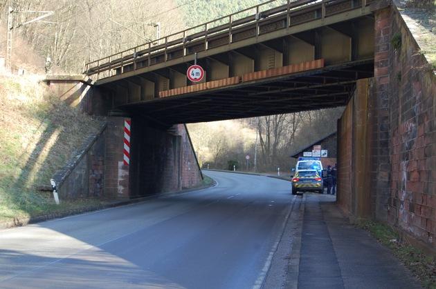 Ein Lkw mit Anhänger oder Aufleger streifte am Dienstagmorgen eine Eisenbahnbrücke im Neustadter Tal.