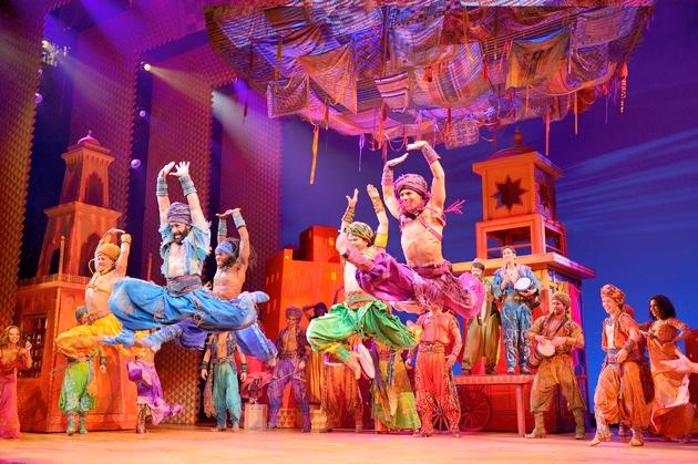 """Disneys Musical """"Aladdin"""", Ensemble-Szene """"Marktplatz"""" / Copyright Stage Entertainment, Deen van Meer / Weiterer Text über ots und www.presseportal.de/nr/108474 / Die Verwendung dieses Bildes ist für redaktionelle Zwecke honorarfrei. Veröffentlichung bitte unter Quellenangabe: """"obs/Stage Entertainment Stuttgart/Deen van Meer"""""""