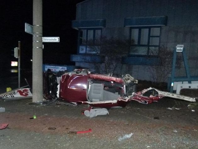 Der VW Golf des 36-Jährigen wurde bei dem Unfall förmlich zerfetzt. Foto: Polizei Minden-Lübbecke