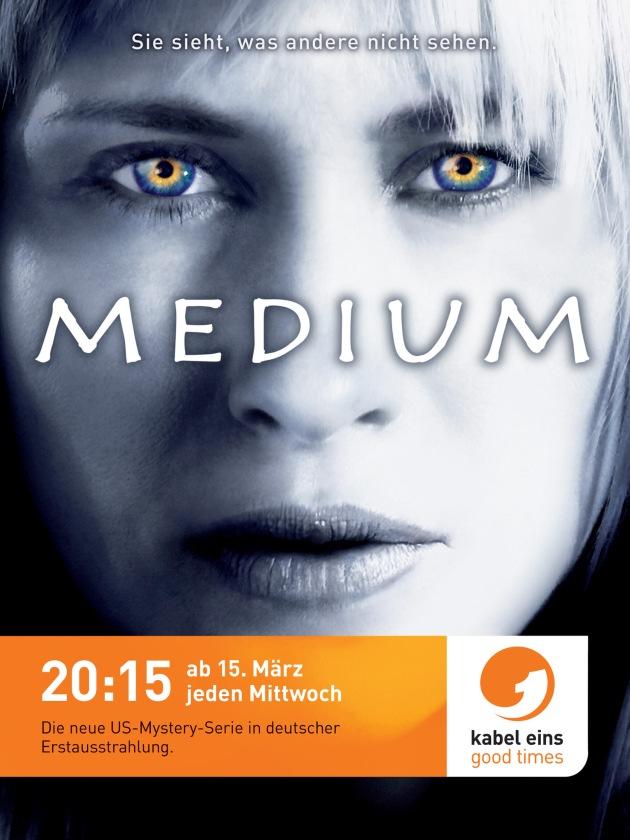 """Sehen, was andere nicht sehen: Die große """"Medium""""-Kampagne bei kabel eins. Sie sieht, was andere nicht sehen: Allison Dubois alias Patricia Arquette - das """"Medium"""" in der gleichnamigen US-Fernsehserie. Mit magischer Augen-Strahlkraft blickt sie ab dem 7. März 2006 in zahlreichen deutschen Großstädten herausfordernd von Mega- und Citylights und macht damit auf den Start von """"Medium – Nichts bleibt verborgen"""" bei kabel eins aufmerksam. Ab dem 15. März 2006 strahlt kabel eins die Mystery-Serie, für die Patricia Arquette 2005 den """"Emmy"""" erhielt, immer mittwochs um 21:15 Uhr in deutscher Free TV Premiere aus. Gestartet wird am 15. März mit einer Doppelfolge um 20:15 und 21:15 Uhr. (Mehr Text erhalten Sie in einer gesonderten Pressemitteilung!) © kabel eins - honorarfrei nur im Zusammenhang mit einem Hinweis auf die entsprechende kabel eins-Kampagne oder –Serie und bei Nennung """"Bild: kabel eins""""."""