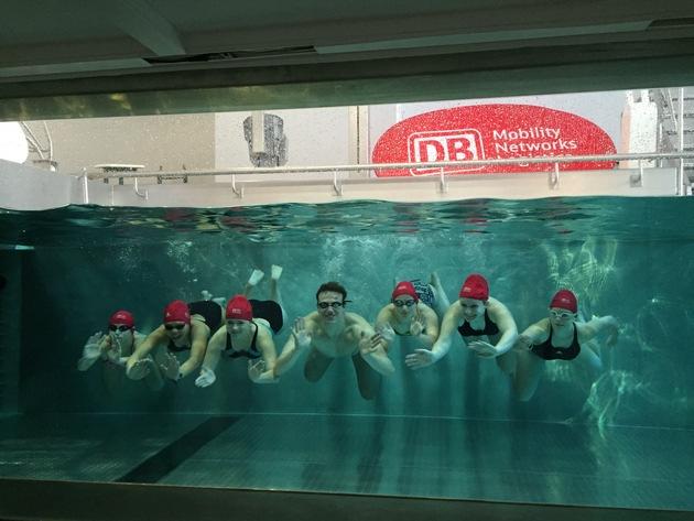Biedermann schwimmt mit dem Nachwuchs