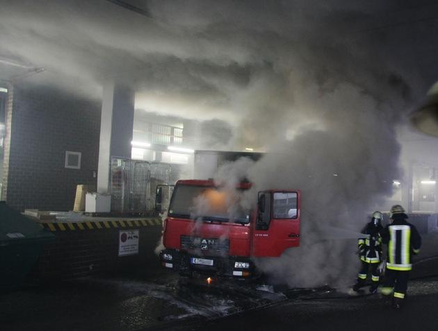 FW-E: Brennender LKW unter dem Essener City-Center