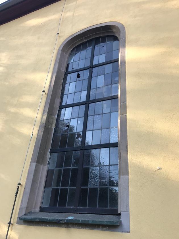 POL-PPWP: Kirchenfenster beschädigt - Wer kann Hinweise geben?