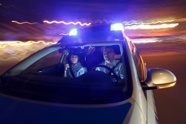 Symbolbild: Einsatzfahrt der Polizei nach dringendem Hilferersuchen