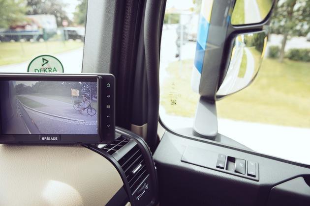 """Zum Abbiegeassistenten von EDEKA  gehört eine Kamera, die den gefährlichen toten Winkel voll einsehen kann. Ein Bildschirm im Fahrerhaus zeigt diesen Bereich an. Weiterer Text über ots und www.presseportal.de/nr/51907 / Die Verwendung dieses Bildes ist für redaktionelle Zwecke honorarfrei. Veröffentlichung bitte unter Quellenangabe: """"obs/EDEKA ZENTRALE AG & Co. KG"""""""