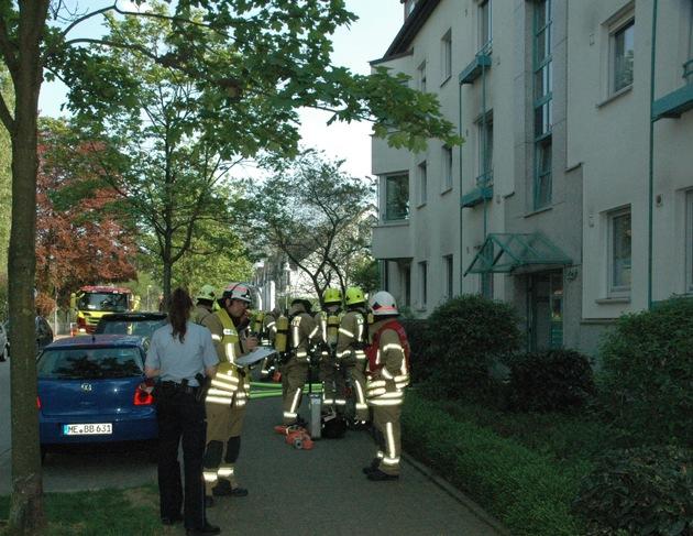 Trupps in Bereitstellung vor dem Gebäude