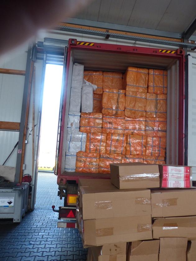 ZOLL-F: Zoll stellt neun Millionen Schmuggelzigaretten in Seecontainer sicher