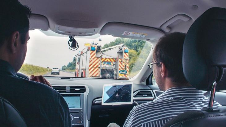 """Neue Technologie von Ford hilft Fahrern beim frühzeitigen Lokalisieren von Einsatzfahrzeugen / Dass Polizei, Krankenwagen und Feuerwehr im Einsatz sind, erkennt man bereits aus der Entfernung am typischen Sirenenklang. Die Sirene (""""Martinshorn"""") ist Bestandteil der so genannten Sondersignale - dazu gehören vor allem das blaue Blinklicht und das Einsatzhorn -, die dem übrigen Verkehr die Inanspruchnahme von Sonderrechten anzeigen. Der Versuch, beim Autofahren die Sirene akustisch zu lokalisieren, kann mitunter stressig sein. Schlimmer noch: Das Vorwärtskommen eines Rettungsfahrzeugs kann verzögert werden, wenn Autofahrer nicht schnell genug Platz schaffen, um eine Rettungsgasse zu bilden. Ford hat nun die so genannte """"Einsatzwagen-Warnung"""" entwickelt, die zusätzliche Sondersignale mittels Fahrzeug-zu-Fahrzeug-Kommunikation vom Krankenwagen, Feuerwehr- oder Polizeiauto direkt an die Autofahrer in der näheren Umgebung sendet, damit diese genau wissen, aus welcher Richtung die Sirene kommt und wie weit das Einsatzfahrzeug noch entfernt ist. Weiterer Text über ots und www.presseportal.de/nr/6955 / Die Verwendung dieses Bildes ist für redaktionelle Zwecke honorarfrei. Veröffentlichung bitte unter Quellenangabe: """"obs/Ford-Werke GmbH"""""""