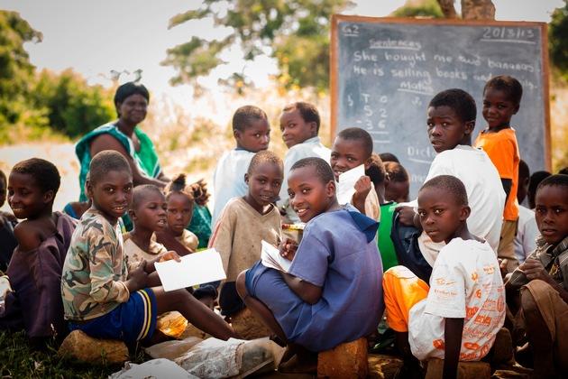 Schulunterricht in Sambia unter freiem Himmel