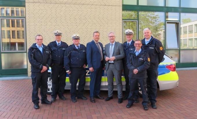 Der Dortmunder Polizeipräsident Gregor Lange (4.v.r.) und der Bürgermeister der Stadt Lünen, Jürgen Kleine-Frauns (4.v.l.), inmitten der Teams der Ordnungspartnerschaft.