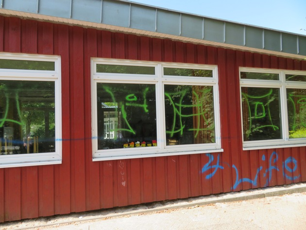 Graffitis am Schulgebäude