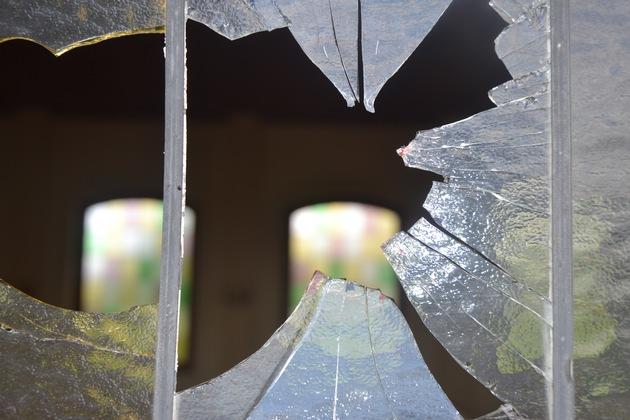 POL-NI: Bleiverglaste Fensterscheiben der Friedhofskapelle eingeschlagen