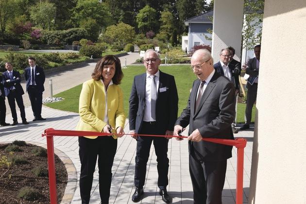 Feierlich eröffneten Heidi Weber-Mühleck, Andreas Bayer und Hans Weber das neue Ausstellungshaus in Wenden-Hünsborn.