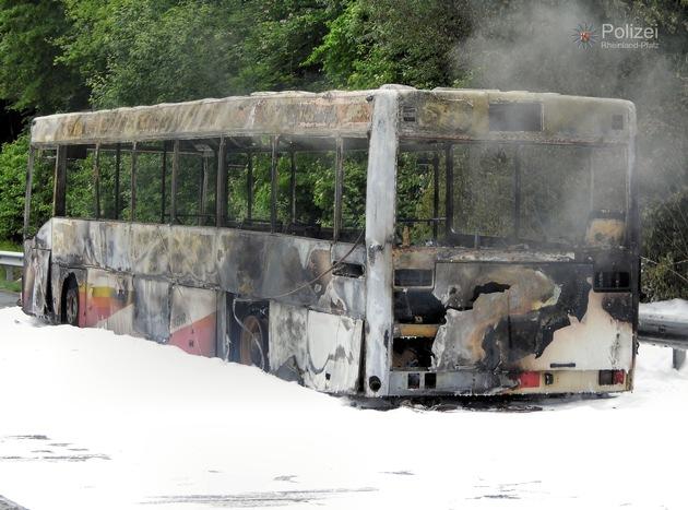 POL-PPWP: A62: Bus ausgebrannt - Autobahn gesperrt