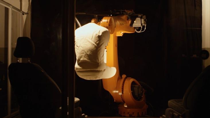 """Die Sitze werden im """"Leben"""" des Fahrzeugs stark beansprucht. Um ihre Belastbarkeit möglichst realitätsnah testen zu können, setzt Ford nun auf die Unterstützung eines Roboters - er simuliert das menschliche Gesäß und kann außerdem unterschiedliche """"Sitzmuster"""" erlernen, die die Ford-Ingenieure erstellt haben. Die Referenz ist dabei ein Mann mit durchschnittlichen Körper-Abmessungen. Es geht in diesem Zusammenhang vor allem um die Frage, welche Materialien wie strapaziert werden, wenn unterschiedlich große und unterschiedlich schwere Menschen ins Auto einsteigen, sitzen und wieder aussteigen. Der entsprechend programmierte Roboter nimmt 25.000 Mal im Fahrzeug buchstäblich Platz, um in nur drei Wochen das Äquivalent einer zehnjährigen Nutzung der Sitze zu simulieren. Weiterer Text über ots und www.presseportal.de/nr/6955 / Die Verwendung dieses Bildes ist für redaktionelle Zwecke honorarfrei. Veröffentlichung bitte unter Quellenangabe: """"obs/Ford-Werke GmbH"""""""