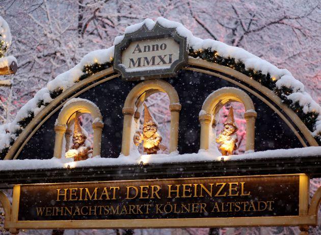 """Eingangsportal zur """"Heimat der Heinzel"""". """"Heinzels Wintermärchen"""" in der Kölner Altstadt lädt erstmals zum Eisvergnüge.  Weiterer Text über OTS und www.presseportal.de/pm/111808 / Die Verwendung dieses Bildes ist für redaktionelle Zwecke honorarfrei. Veröffentlichung bitte unter Quellenangabe: """"obs/Heinzel GmbH/Thilo Schmülgen"""""""