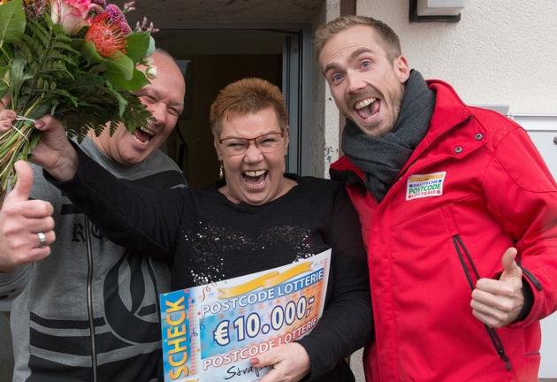 So sieht Gewinnerfreude aus: Straßenpreis-Gewinnerin Angelika mit Ehemann Kurt und Postcode-Moderator Felix Uhlig (r.). Fotocredit: ?Postcode Lotterie/Wolfgang Wedel?