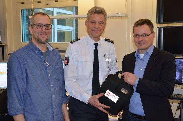 Übergabe AED-Gerät auf der Stader Polizeiwache von links nach rechts: Rainer Clemens, Polizeidirektor Torsten Oestmann, Dr. med. Sebastian Philipp